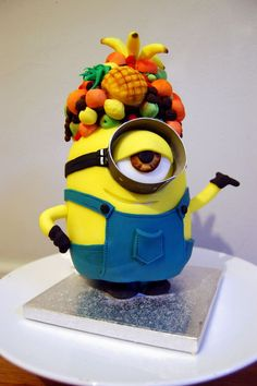 Minion cake with tropical fruit (all sugar) on head Crazy Cakes, Fancy Cakes, Cute Cakes, Minion Torte, Bolo Minion, Minion Cakes, Pastel Minion, Despicable Me Cake, Minion Birthday