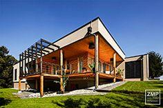 Holz ist ein nachhaltiger Baustoff, der mit kurzen Bauzeiten überzeugt. Die Optik spricht sowieso für sich.