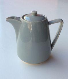 harmaa keraaminen kannu . korkeus 20.5cm cray ceramic jug . highness 20.5cm