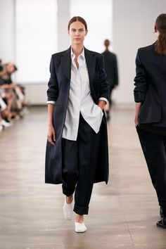 The Row Spring 2020 Ready-to-Wear Fashion Show - Vogue Fashion Week, Fashion 2020, New York Fashion, Runway Fashion, Spring Fashion, Woman Fashion, Fashion Trends, The Row, New Yorker Mode
