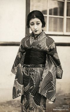 A photo of a modern woman of the Taisho period (1912-1927), Japan.