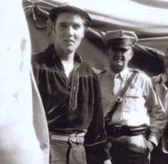 Elvis few minutes before his afternoon show in Tupelo in september 26 1956 ,