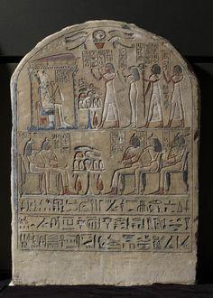 Le scribe de la cavalerie Ouia et sa famille rendent hommage au dieu Osiris  vers 1400 - 1350 avant J.-C.  calcaire H. : 58,50 cm. ; L. : 41,50 cm.  Au-dessous, Ouia entouré des siens, devant une table dressée.