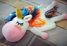 Unicornio guarda pijamas a crochet Crochet Baby Toys, Crochet Diy, Baby Knitting, Baby Dress Patterns, Doll Patterns, Crochet Doll Pattern, Crochet Patterns, Sewing Dolls, Doll Maker