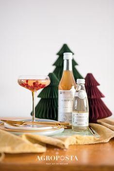 Herfst, winter, kerst en Oud&Nieuw. Tijd voor de feestdagen en daar horen lekkere cocktailrecepten bij. Weet jij nog niet welke cocktail jij gaat serveren tijdens het kerstdiner? Bekijk onze cocktailrecepten met alcohol. Kies voor een lekkere twist door toevoeging van één van onze limonadesiropen. #cocktailrecepten #agroposta #lemonade #kerst #christmas Alcoholic Drinks, Cocktails, Daiquiri, Rum, Bottle, Glass, Food, Craft Cocktails, Drinkware
