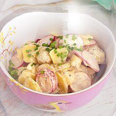 Der klassische Kartoffelsalat erhält durch die Beigabe knackiger Radieschenscheiben eine sommerliche Note.