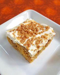 Pumpkin Spice Poke Cake | Plain Chicken Poke Cake Recipes, Poke Cakes, Cupcake Cakes, Merengue, Toffee Bits, Milk Toffee, Pumpkin Spice, Pumpkin Pumpkin, Pumpkin Puree