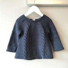 «Gjemt, men ikke glemt. Fortsatt litt stor, men så fin at den må frem og prøves litt på nå og da. #knapperbakgenser #hentesettet #ministrikk» Baby Sweaters, Cute Babies, Pullover, Knitting, Children, Mini, Instagram Posts, Sleeves, Fashion