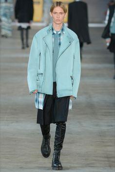 Guarda la sfilata di moda uomo Diesel Black Gold a Milano e scopri la collezione di abiti e accessori per la stagione Primavera Estate 2018.