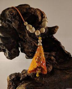 Hippie boho style orange felt flower necklace - pendant with wood beads. Felt Necklace, Flower Necklace, Wet Felting, Felt Flowers, Boho Style, Hippie Boho, Wool Felt, Women's Accessories, Boho Fashion