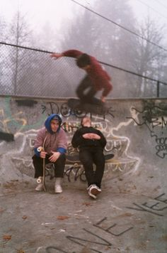 The skatepark is full of inspiration to me, from the bust up concrete and graf tags to the skateboarding and attitude to the street styles of the skaters. Rite De Passage, Sup Girl, Grunge Photography, Skater Photography, Estilo Grunge, Skater Boys, Skate Style, My Vibe, Teenage Dream