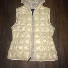 Sperry white puffer vest Quilted vest with hood. New with tags! White in color. Sperry Top-Sider Jackets & Coats Puffers