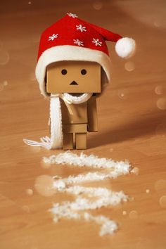 Petit Danbo has made ​​a way, who wants to spend Christmas with him? Petit Danbo a tracé un chemin, qui veut passer Noël avec lui ? Danbo, Miss Piggy, Christmas Photos, Christmas Time, Holiday, Cardboard Robot, Box Robot, Amazon Box, Amazon Christmas