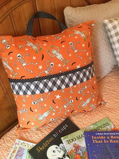 A reading pillow for Halloween – Siding Colors & Consumer Loan & Home Loan & Debt Free & Credit Score & Chase Credit Card – VIP Financial Education Halloween Quilts, Halloween Books, Halloween Stuff, Book Pillow, Reading Pillow, Fall Sewing Projects, Sewing Crafts, Pillow Tutorial, Fabric Gifts
