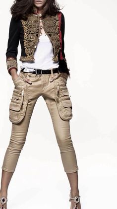Dsquared2 - chaqueta militar, pantalón cargo beige, zapatos joya. Telva