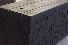 Bancada com madeiras reutilizadas e decorada com papelão;
