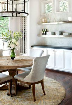 sala-de-jantar-mesa-redonda-rustica-cadeiras-estofadas