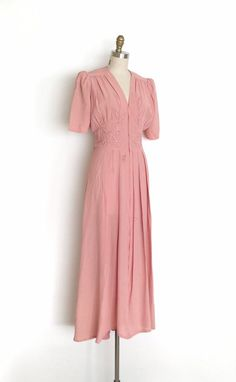 Vintage Abito abito in rayon trapunto Vintage Outfits, Vintage Dresses 1960s, 1940s Fashion Dresses, Look Vintage, Vintage Mode, Etsy Vintage, 40s Mode, Retro Fashion, Vintage Fashion