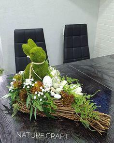 Make Easter wreath and decorate the entrance area tastefully Easter Flower Arrangements, Easter Flowers, Floral Arrangements, Diy Easter Decorations, Table Decorations, Easter Party, Easter Wreaths, Nature Crafts, Spring Crafts