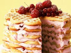 Waffeltorte mit Beeren-Frischkäsecreme ist ein Rezept mit frischen Zutaten aus der Kategorie Beerenkuchen. Probieren Sie dieses und weitere Rezepte von EAT SMARTER!