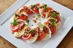 Voor Salade Caprese mag je mij wakker maken. Dit is mijn favoriet: tomaat, mozzarella, pesto, geroosterde pijnboompitjes, verse basilicum en verse peper.