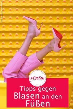 Besonders im Sommer passiert es häufig: Wenn es warm ist, drückt und reibt der Schuh gegen die Haut. Doch was hilft wirklich gegen Blasen? Wir verraten euch drei effektive Tipps, mit denen ihr Blasen an den Füßen verhindern. #blasen #tipps #tricks #lifestyle #gesundheit #schuhe #shoes #beauty #mode #fashion #fuesse #feet #ratgeber #hilfe #sommer #highheels #fuersiemagazin Feet, Tricks, Fashion Styles, Bubbles, Beauty Tutorials, Shoemaking, First Aid