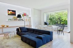 Elwood House. En el salón, el sofá Tufty Too de la colección B&B Italia, diseñado por Patricia Urguiola, domina la estancia.