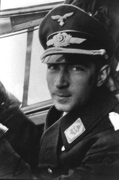 ✠ Werner Mölders (18 March 1913 – 22 November 1941) He was traveling in a plane which encountered a heavy thunderstorm and crashed when landing. RK 29.05.1940 Hauptmann Kdr III./JG 53 21.09.1940 [2. EL] Major Kommodore JG 51 22.06.1941 [2. Sw] Oberstleutnant Kommodore JG 51 16.07.1941 [1. Br] Oberst Kommodore JG 51