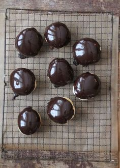 sjokoladeboller Pudding, Mat, Desserts, Food, Caramel, Tailgate Desserts, Puddings, Dessert, Postres