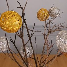 Now that it's cold outside and all my flowers are done blooming, I'm looking for some lovely alternatives to flowers for my table. I found this adorable decorating idea online and, using a few household items, I made a stunning winter themed centerpie Snowman Christmas Ornaments, Glitter Ornaments, Christmas Bulbs, Christmas Crafts, Easter Tree Decorations, Christmas Decorations To Make, Christmas Craft Projects, Holiday Crafts, Holiday Baskets