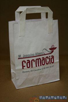 Bolsas de papel para farmacias con asa plana exterior y fuelles en los laterales.