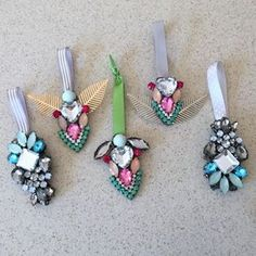 Making Holiday Ornaments from Old Jewelry - DIY Jewelry Vintage Ideen Jewelry Christmas Tree, Christmas Ornaments To Make, How To Make Ornaments, Christmas Crafts, Holiday Jewelry, Glitter Ornaments, Diy Ornaments, Christmas Themes, Christmas Bulbs