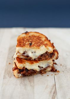 French Onion Soup Grilled Cheese      1 Yellow Onion      Pinch of Thyme      Pinch of Flour      Salt & Pepper      2-3 Ounces Concentrated Beef Stock (~30 ml in an ounce)      ½-1 Ounce of Sherry      ¾-½ cup Gruyere Cheese      2 Slices of French Bread      Butter