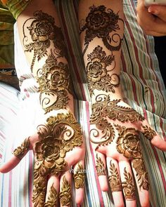Beautiful Mehndi Design - Browse thousand of beautiful mehndi desings for your hands and feet. Here you will be find best mehndi design for every place and occastion. Quickly save your favorite Mehendi design images and pictures on the HappyShappy app. Easy Mehndi Designs, Henna Hand Designs, Latest Mehndi Designs, Mehandi Designs, Dubai Mehendi Designs, Mehndi Designs Finger, Khafif Mehndi Design, Mehndi Designs For Girls, Arabic Henna Designs