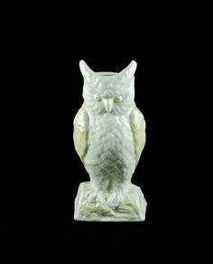 Vintage Belleek Irish Porcelain Figural Owl Vase Mom bought me this but I didn't like it so it was returned. Belleek Vase, Belleek China, Belleek Pottery, Irish Pottery, Old Pottery, Owl Wings, Owl Eyes, Vintage Owl, Fine Porcelain