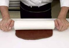 Com'è fatta la merenda perfetta? Esattamente come il biscotto gelato al caffè, fragrante e cremosa prelibatezza firmata dallo chef Luca Montersino. Più buono di quello confezionato, il biscotto gelato fatto in casa è realizzato con ingredienti genuini e nutrienti. Il fresco ripieno di gelato alla meringa e caffè avvolto da un fragrante biscotto al cacao,…