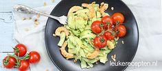 Gezonde avondmaaltijd van courgetteslierten met een romige saus van avocado en roomkaas