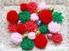 Felt Flowers and Pom poms Pom Pom Wreath, Diy Wreath, Pom Poms, Dinner Party Favors, Christmas Wreaths, Xmas, Christmas Ideas, Holiday Crafts, Holiday Decor