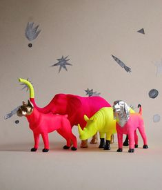 Neon party, neon colors, animal party, animal paintings, diy projects to tr Home Design, Diy Design, Neon Colors, Colours, Neon Party, Plastic Animals, Little Doll, Animal Party, Party Animals