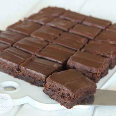 Ljuvligt goda, segmjuka, lite kladdiga brownies med krämig chokladtryffel på toppen.