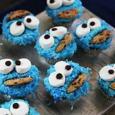 How to Make Cookie Monster Cupcakes: Video So Cute! I have a 3 year old who's B-day is coming up. And these will be perfect! Yummy Treats, Delicious Desserts, Sweet Treats, Yummy Food, Cakepops, Cookie Monster Cupcakes, Monster Cakes, Monster Treats, Pbs Food