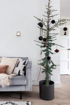 Ceder boompje met papieren kersthangers - kerst sfeer in huis