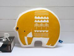 Main écran imprimé ours oreiller en jaune par robinandmould sur Etsy, £26.00