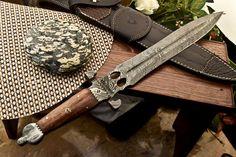 Разработан и ручной работы СФК ножевыми ко. Этот престижный редкая Дамаск нож был разработан и на заказ с СФК столовые приборы. Этот зверь не только выглядит потрясающе, но он также имеет рок-прочная конструкция с толщиной его экстренно толщиной 4.85 мм.   ибее!