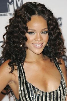40 Rihanna Hairstyles To Inspire Your Next Makeover Loose Curls Hairstyles, Rihanna Hairstyles, Pretty Hairstyles, Wig Hairstyles, Celebrity Wigs, Celebrity Hair Stylist, Curling A Bob Haircut, Vanity Fair, Blonde Roots