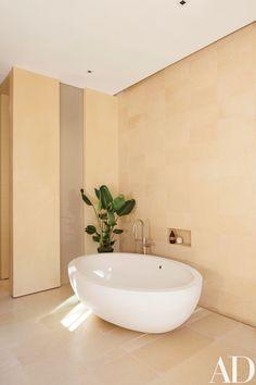 Howard J. Backen Designs a Modernist Northern California House : Architectural Digest California Homes, Northern California, Indoor Water Features, Natural Bathroom, Simple Bathroom, Boffi, Bath Decor, Bathrooms Decor, Luxury Bathrooms