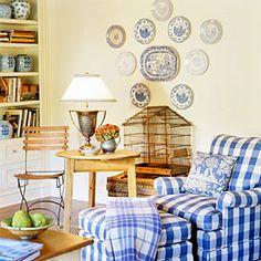 poltrona compondo com a coleção de pratos na parede e potes na estante
