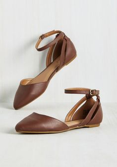 If finding fab footwear was a sport, you'd be an all-star in these faux-leather flats! Showcasing a versatile brown hue and sleek, pointed toes enlivened with narrow cutouts and crisscrossing straps, this pair flaunts a winning combination of vim and versatility.