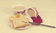 Avec du beurre c'est bien meilleur, tout le monde sait ça... Et bien imaginez ce que goûterait vos toasts avec du bon beurre d'érable fait maison? Canadian Dishes, Canadian Cuisine, Canadian Food, Canadian Recipes, Dessert Simple, Kinds Of Desserts, Easy Desserts, Sin Gluten, Maple Syrup Recipes
