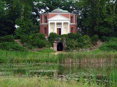 Wörlitzer Park, Wörlitz, Niemcy. Nowy Ogród odnosi się swym programem symbolicznym do Cesarstwa Rzymskiego. Jego najważniejszą budowlą jest Panteon z płaskorzeźbami bóstw egipskich i rzymskich. Mieściła się ku kolekcja antyków księcia Leopolda.